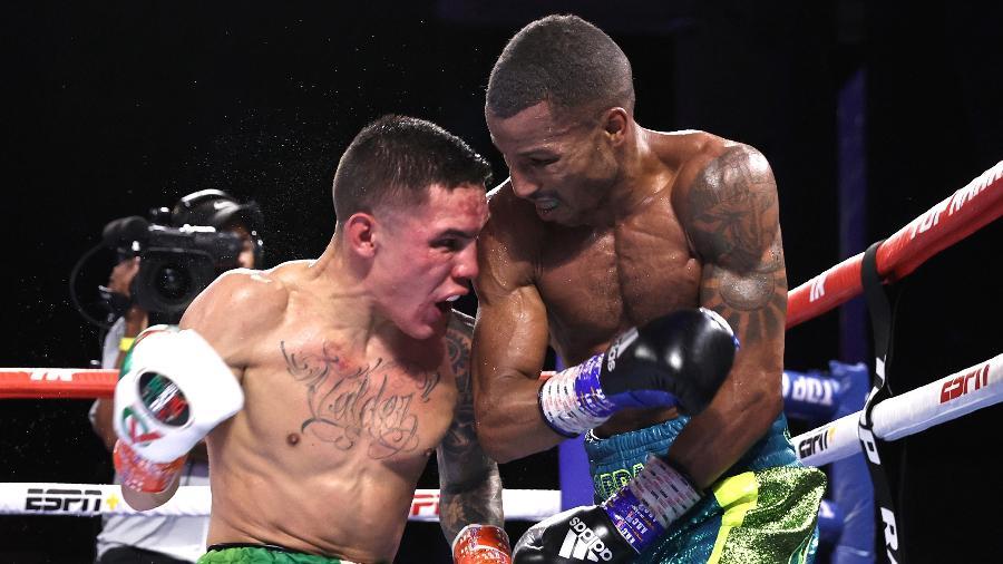 Oscar Valdez e Robson Conceição durante luta pelo cinturão mundial dos peso-pena de boxe - Mikey Williams/Top Rank Inc via Getty Images