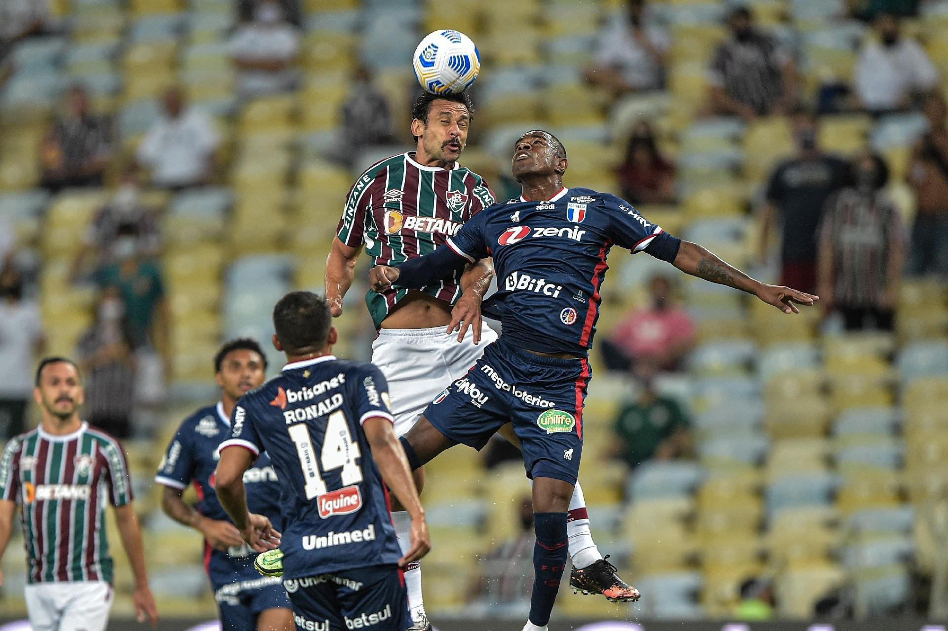 Fred sobe alto em disputa com o zagueiro Marcelo Benevenuto jogador do Fortaleza, no estádio do Maracanã