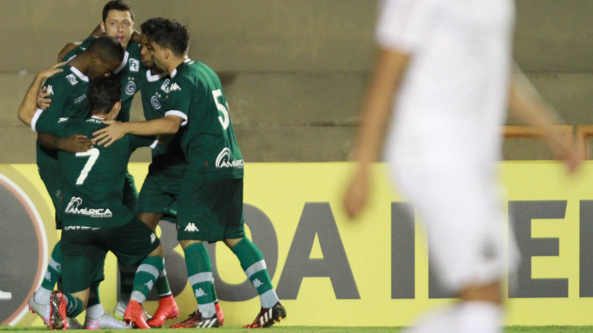Jogadores do Goiás comemoram gol contra o Santos pelo Campeonato Brasileiro