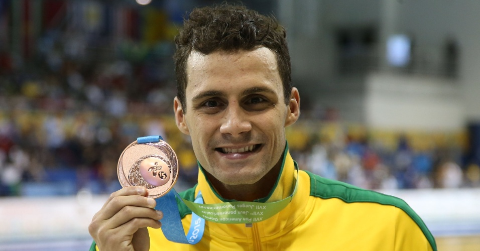 Léo de Deus exibe a medalha de bronze conquistada nos 400m livre