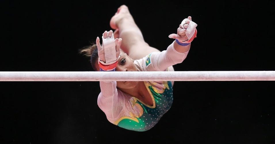 Lorrane Oliveira se estica para apresentação nas barras durante a eliminatória por equipe do Mundial de ginástica em Glasgow, na Escócia
