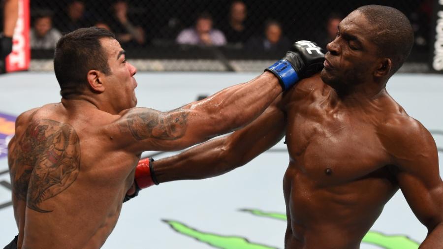 Michel Trator acerta soco em Valmir Bidu em luta pelo UFC Fight Night disputado  no México - Jeff Bottari/Zuffa LLC/Zuffa LLC via Getty Images