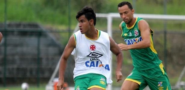 Matheus Índio é observado por Nenê em treino do Vasco: jovem foi efetivado