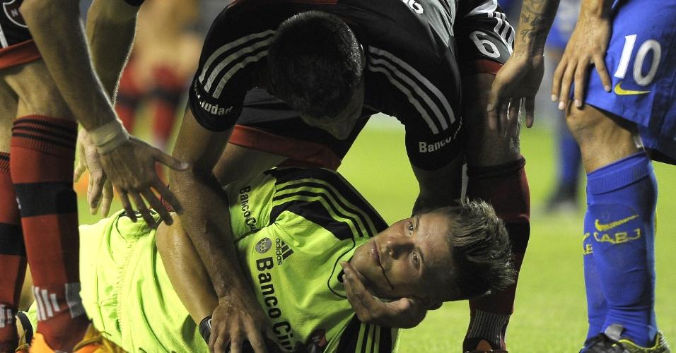 Goleiro Unsain fratura maxilar após choque com Carlos Tevez