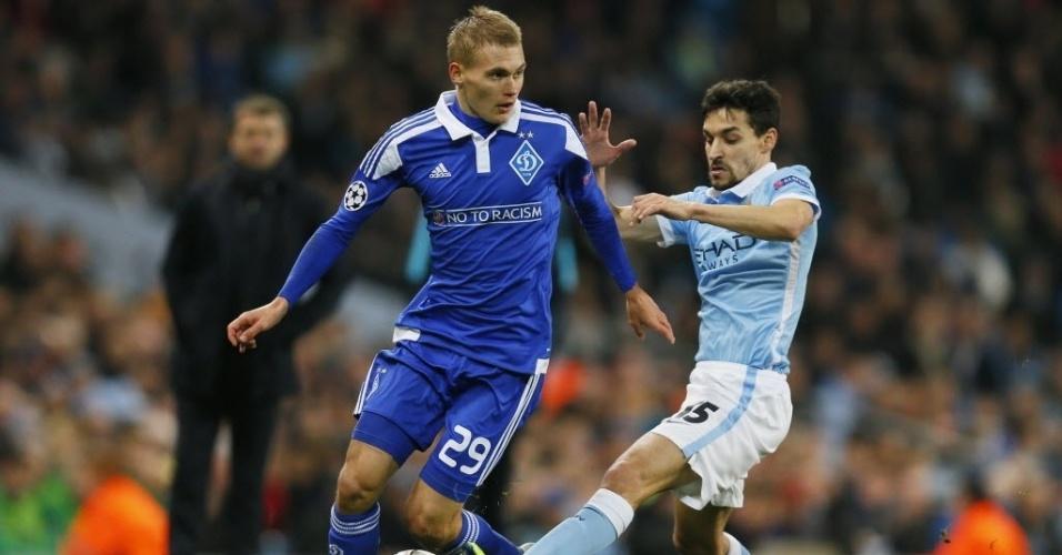 Jesus Navas, espanhol do Manchester City, disputa bola com adversário