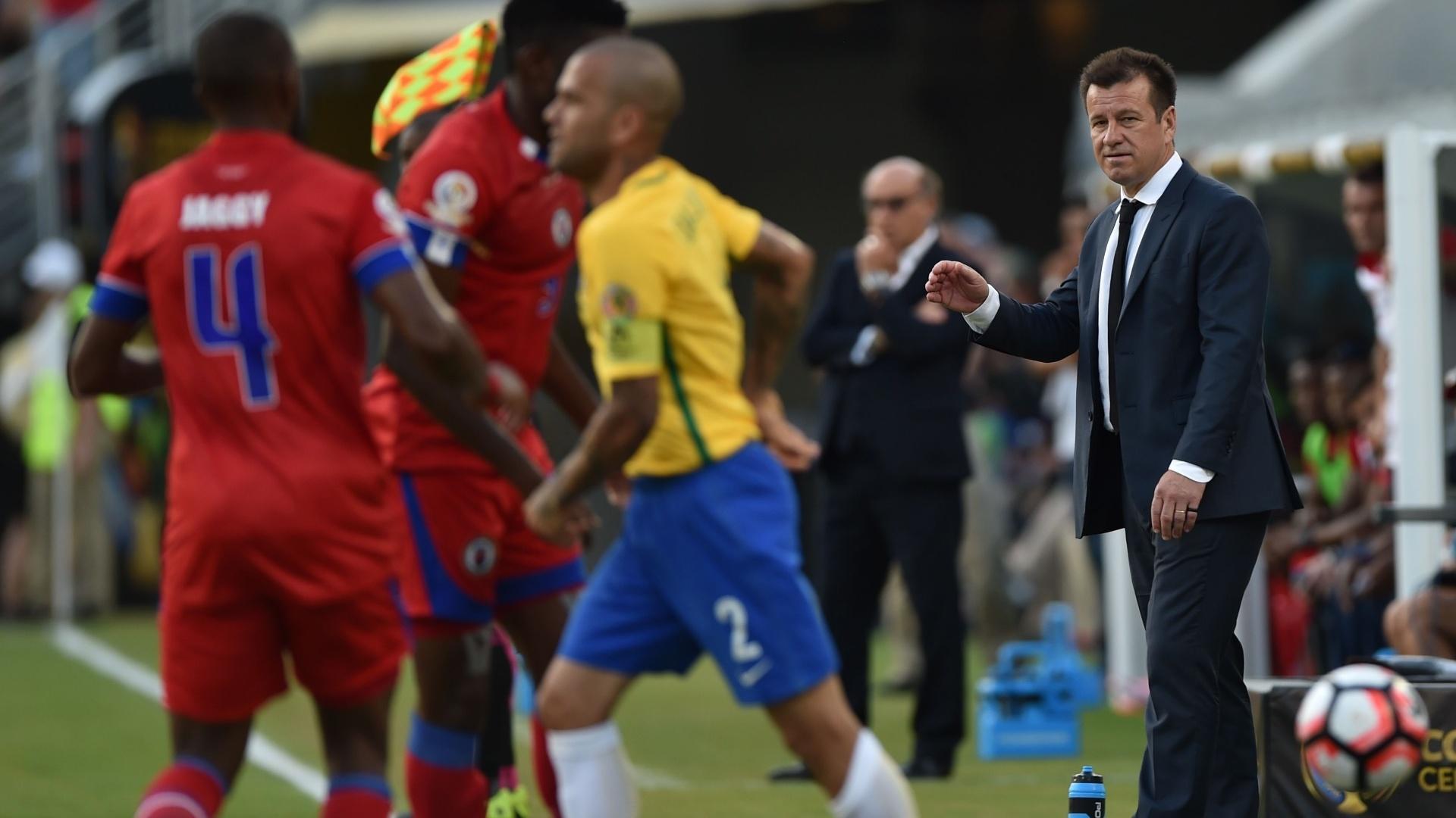 Dunga orienta a seleção brasileira à beira do gramado no jogo contra o Haiti