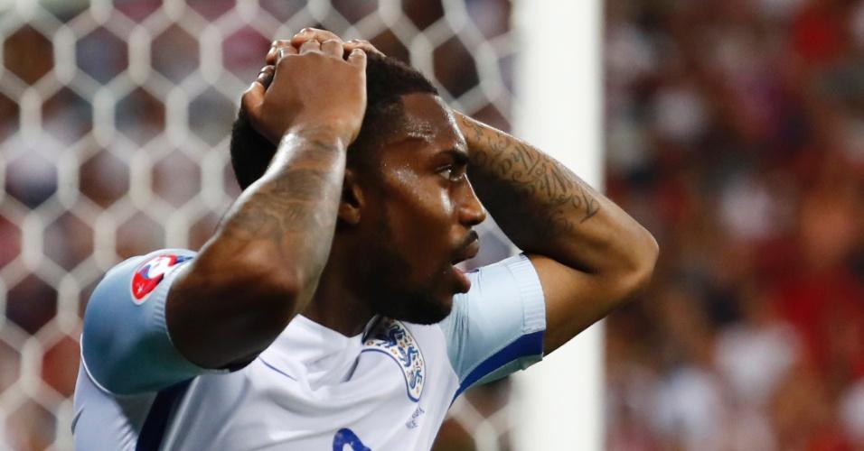 Danny Rose, da Inglaterra, lamenta após gol da Islândia