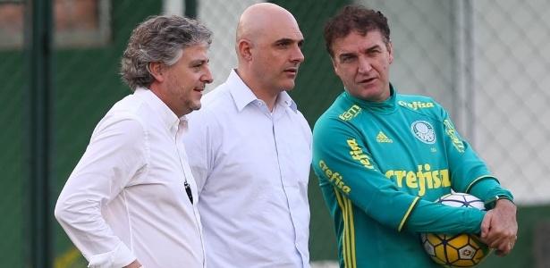 Paulo Nobre e Maurício Galiotte conversam com Cuca, então técnico do Palmeiras