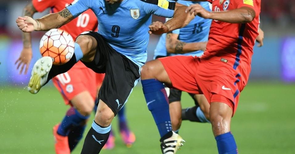 Luis Suarez, do Uruguai, tenta dominar a bola enquanto é marcado pelo chileno Gonzalo Jara