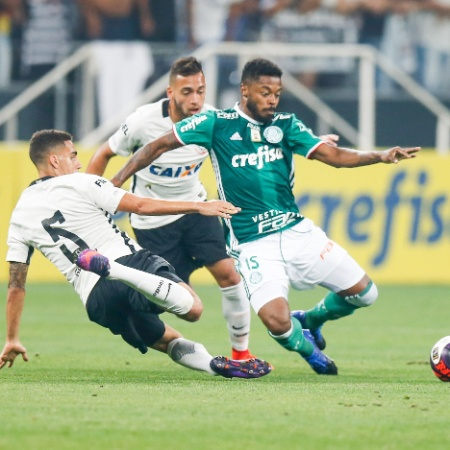 Michel Bastos, do Palmeiras, e Gabriel, do Corinthians, durante disputa de bola, na Arena Corinthians - Rubens Cavallari/Folhapress