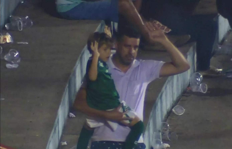 Warley Ferreira segurou o filho de 5 anos no colo durante briga generalizada no clássico Goiás e Vila Nova
