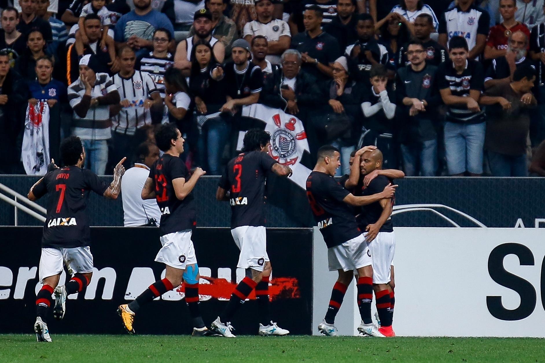 Jogadores do Atlético-PR comemoram gol de Jonathan diante do Corinthians pelo Campeonato Brasileiro 2017