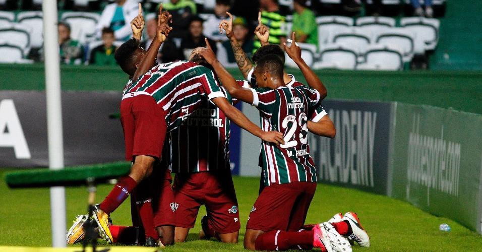 Jogadores do Fluminense comemoram gol diante do Coritiba no Estádio Couto Pereira em jogo pelo Campeonato Brasileiro 2017