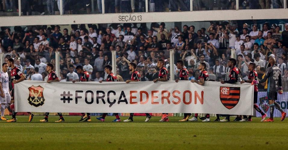 Jogadores do Flamengo entram em campo com faixa em homenagem a Ederson antes de jogo contra o Santos