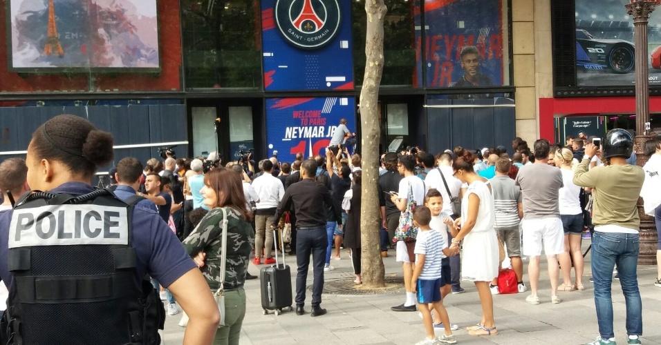 Fila para comprar primeiras camisas de Neymar