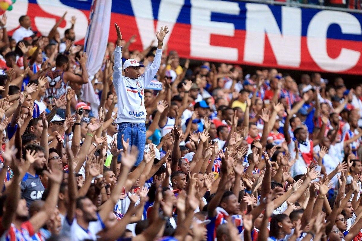 Torcida do Bahia incentiva o time em jogo na Fonte Nova contra o São Paulo pelo Campeonato Brasileiro 2017