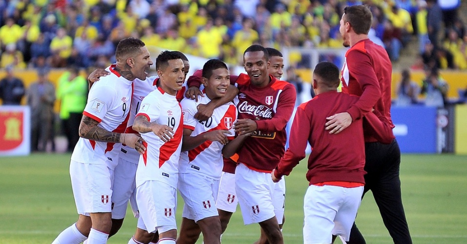 Jogadores do Peru comemoram gol marcado contra o Equador