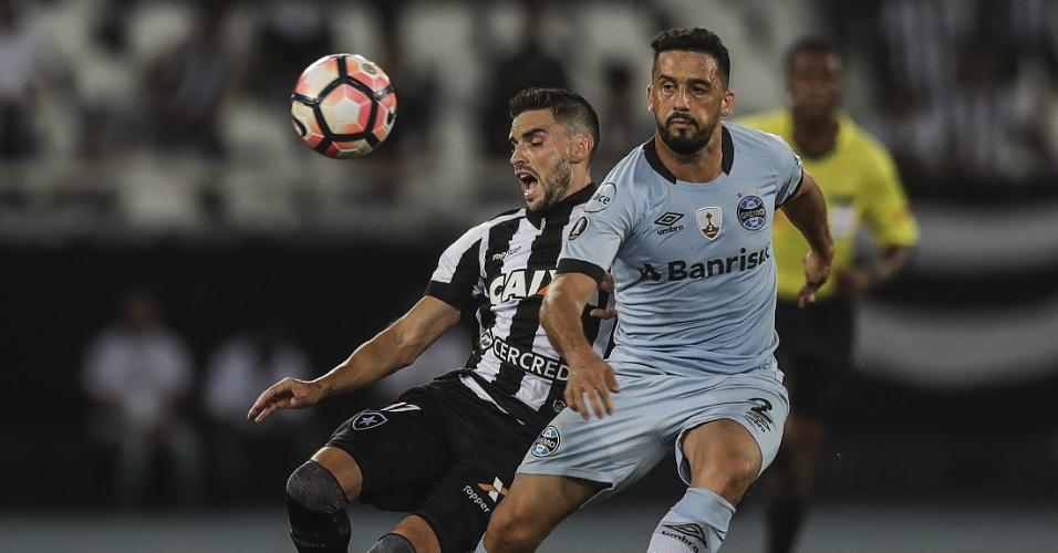 Rodrigo Pimpão e Edilson disputam bola em Botafogo x Grêmio pela Libertadores
