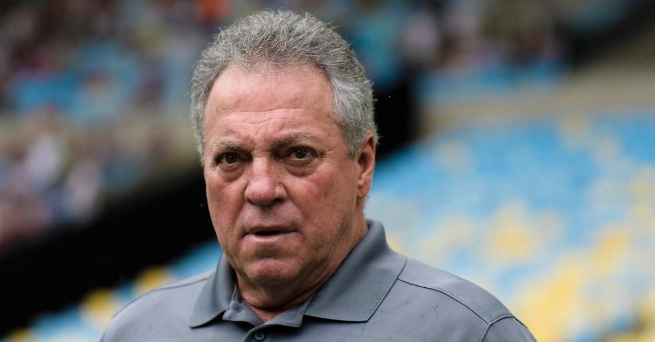Abel Braga acompanha o jogo entre Fluminense e Ponte Preta