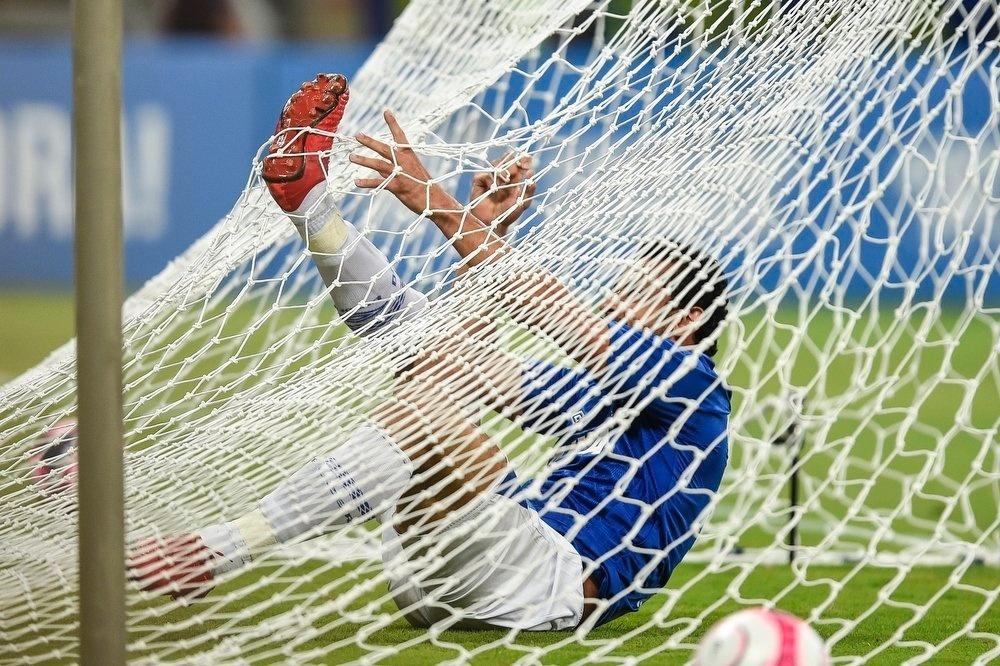 Fred ficou preso na rede do Mineirão depois de perder uma chance já com o goleiro batido