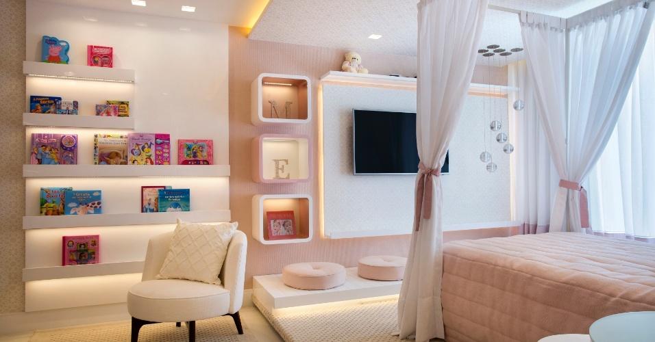 O quarto da filha mais velha do casal parece de princesa. Foram usados tons em bege e rosa e tem conceito bem delicado e feminino com espaço para estudo e maquiagem
