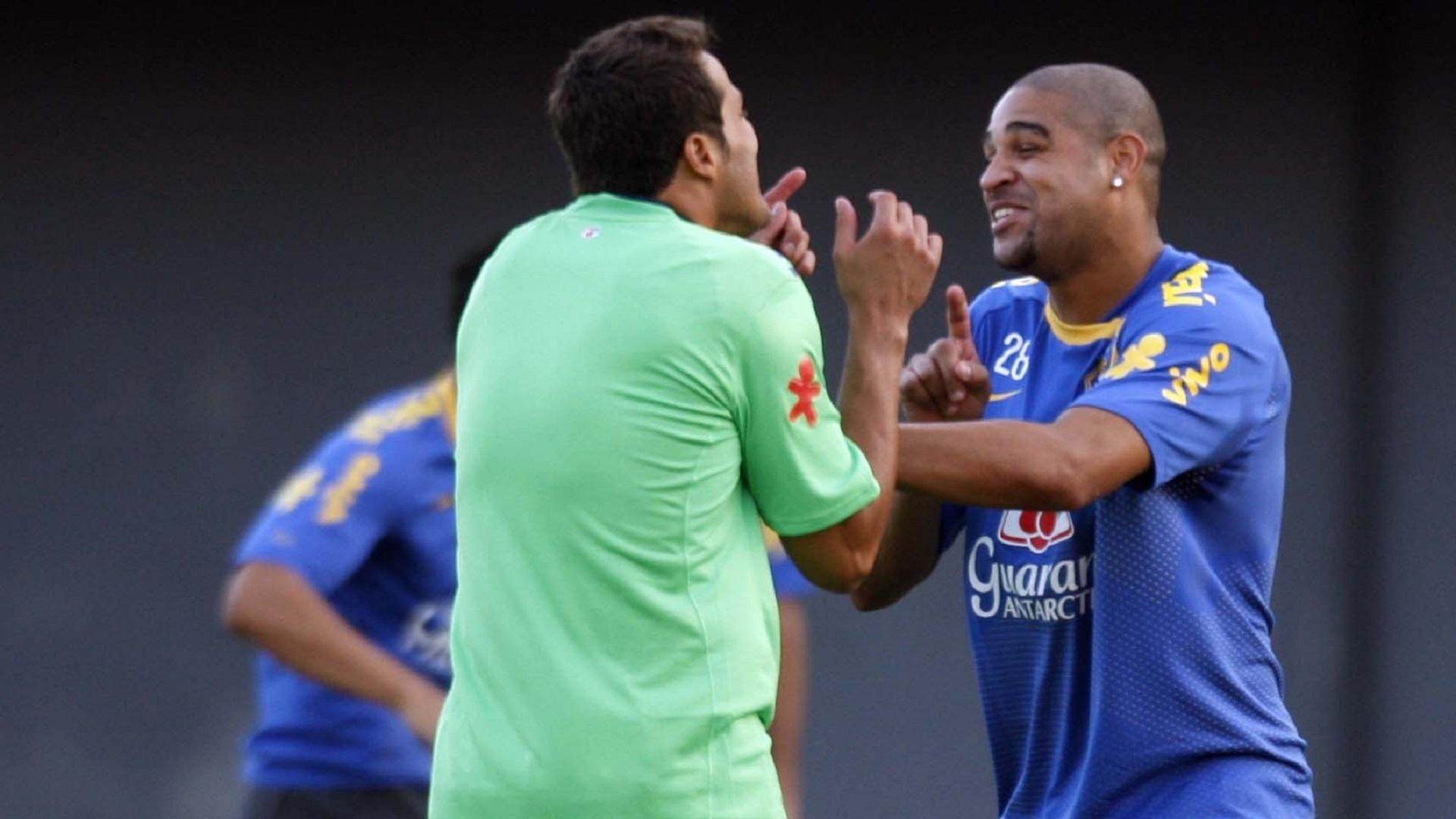 Júlio César e Adriano se divertem durante treino da seleção brasileira nas Eliminatórias para a Copa de 2010