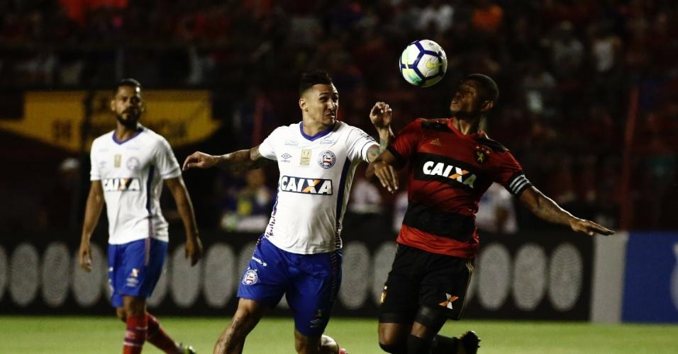 Vinicius disputa bola no jogo entre Sport e Bahia pelo Campeonato Brasileiro