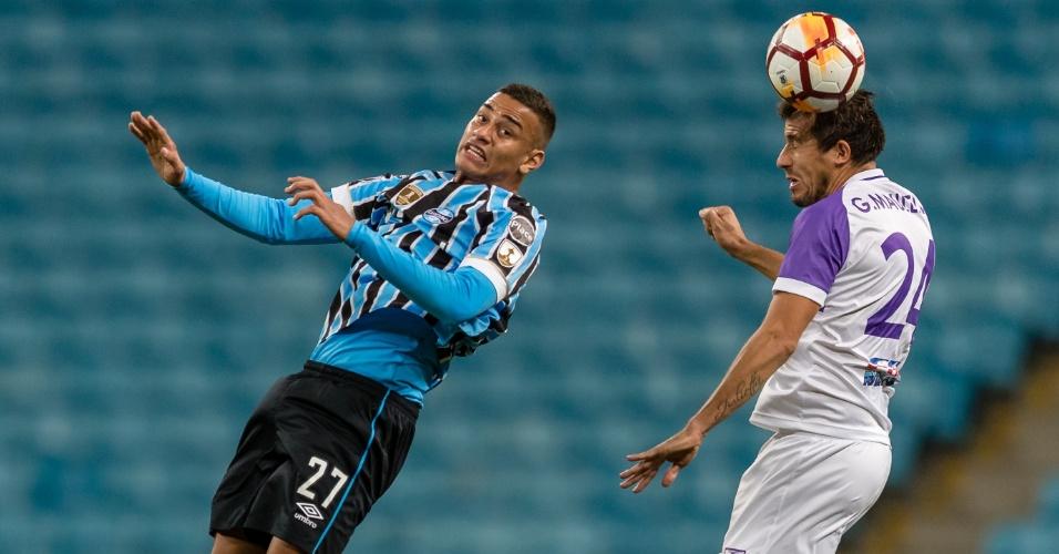 Thonny Anderson disputa a bola pelo alto no jogo entre Grêmio e Defensor