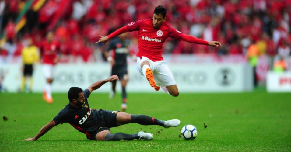 O atacante Lucca passa pela marcação no jogo entre Sport e Internacional