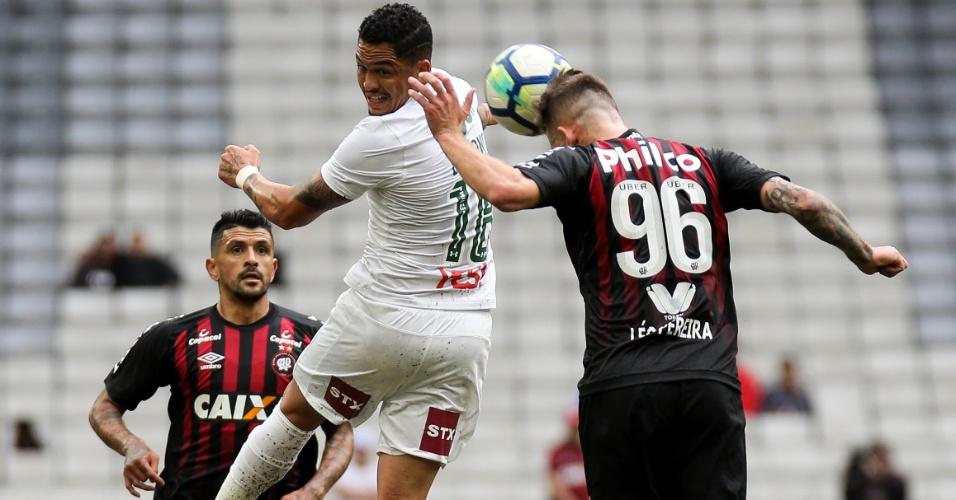 Luciano e Léo Pereira disputam a bola pelo alto no jogo entre Atlético-PR e Fluminense