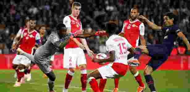 Cavani aproveita falha do goleiro e marca para o PSG contra o Reims - REUTERS/Christian Hartmann - REUTERS/Christian Hartmann