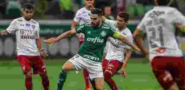 Bruno Henrique, do Palmeiras, domina a bola em meio a jogadores do Fluminense - Ale Cabral/AGIF
