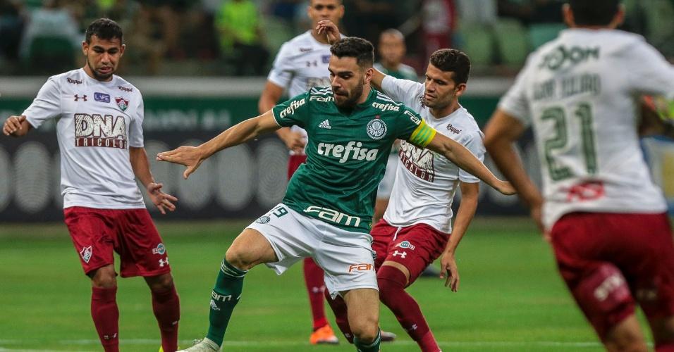 Bruno Henrique, do Palmeiras, domina a bola em meio a jogadores do Fluminense