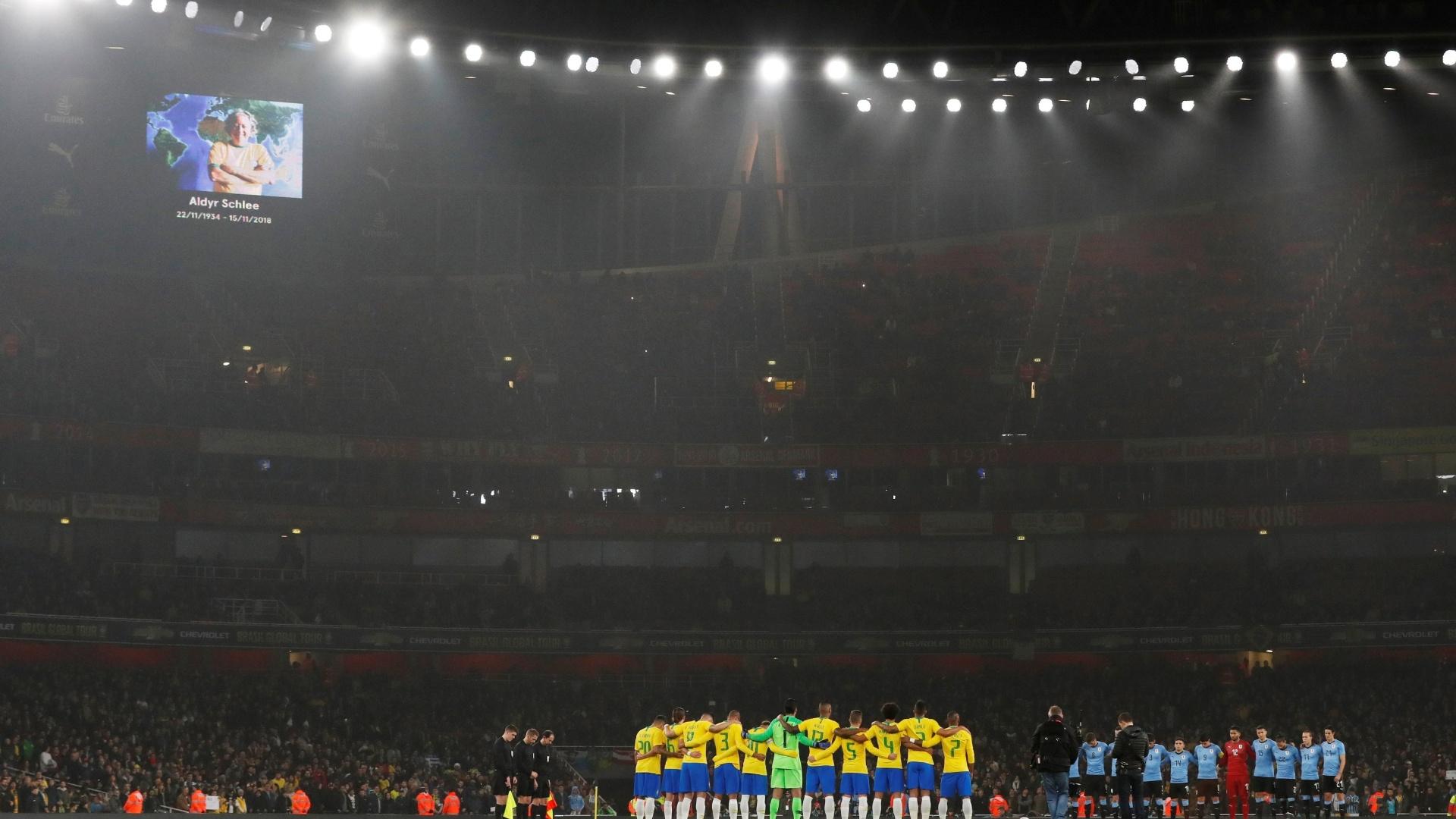 Seleções brasileira e uruguaia respeitam minuto de silêncio em homenagem a Aldyr Schlee