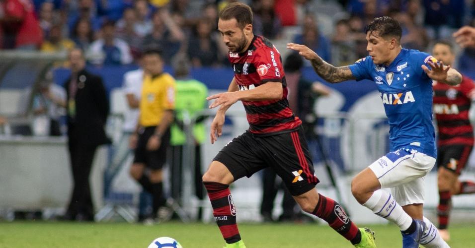 Everton Ribeiro carrega bola durante jogo entre Flamengo e Cruzeiro