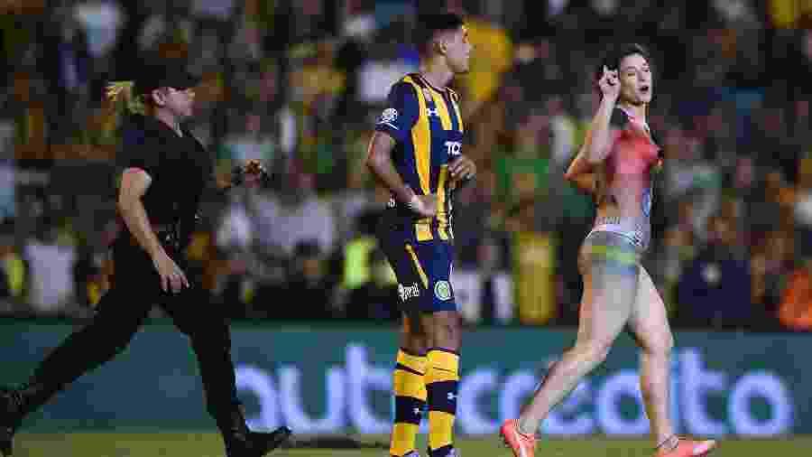Torcedora invadiu campo seminua durante jogo do Campeonato Argentino - Marcelo Endelli/Getty Images