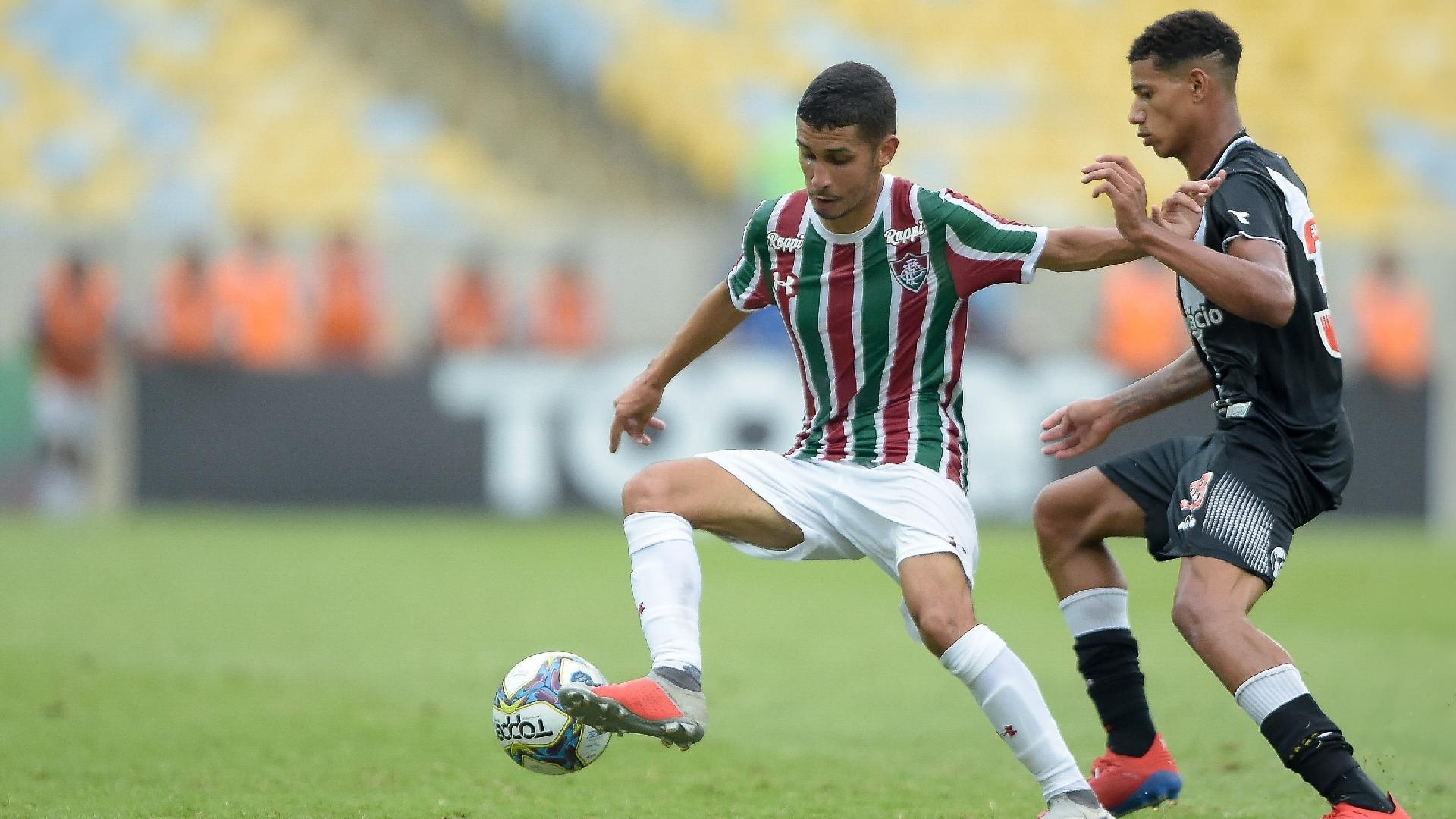Danielzinho e Marrony disputam bola durante a partida entre Vasco e Fluminense
