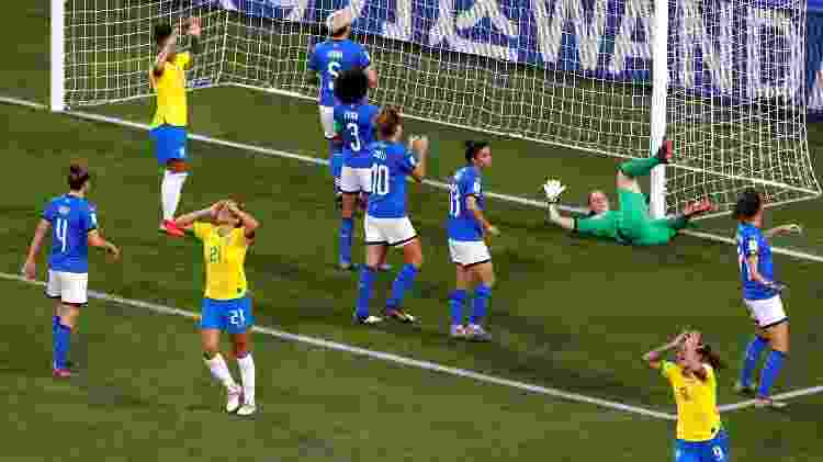 Debinha quase marcou de letra após escanteio cobrado por Marta pela direita - REUTERS/Bernadett Szabo