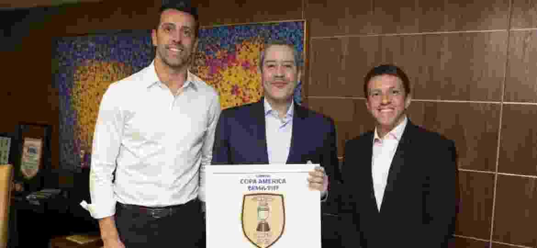Juninho Paulista posa com Edu Gaspar e Rogério Caboclo - Lucas Figueiredo/CBF