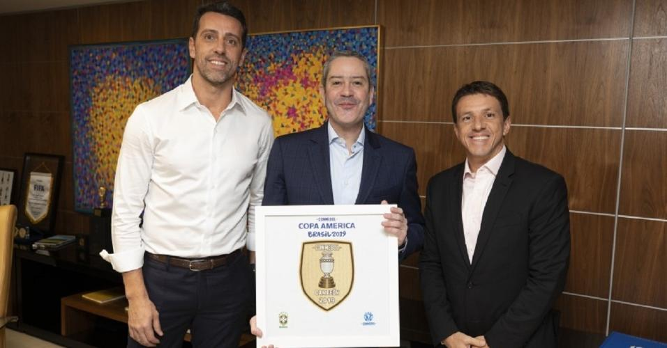 Juninho Paulista posa com Edu Gaspar e Rogério Caboclo