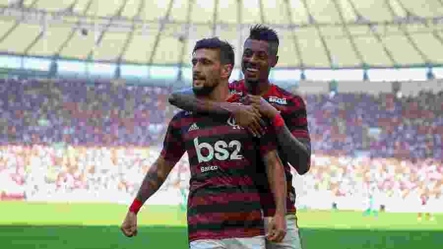 Arrscaeta, abraçado por Bruno Henrique, foi o destaque na vitória do Fla sobre o Goiás - Buda Mendes/Getty Images