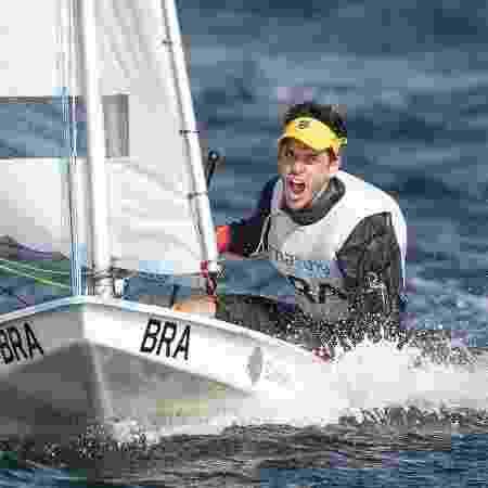 Matheus Dellagnelo comemora o ouro na classe sunfish - Jonne Roriz / COB