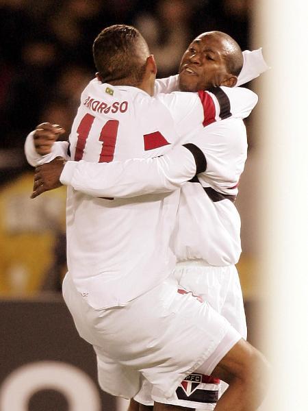 Mineiro e Amoroso se abraçam após gol do São Paulo na final do Mundial de Clubes de 2005 - AFP PHOTO / Toshifumi KITAMURA