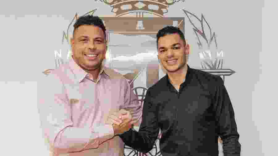 Ronaldo, presidente do Valladolid, posa ao lado do novo contratado do clube, o atacante francês Ben Arfa - Divulgação