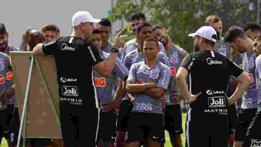 Tiago Nunes em treino do Corinthians em 19 de fevereiro; clube voltou a acumular três meses de atraso de salários ao elenco profissional - Daniel Augusto Jr./Agência Corinthians