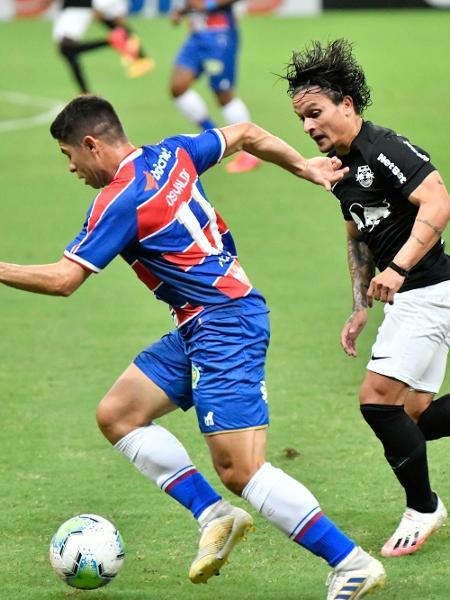 Jogador do Fortaleza e do Bragantino disputam a bola durante partida pelo Brasileirão de 2020 - Kely Pereira/AGIF