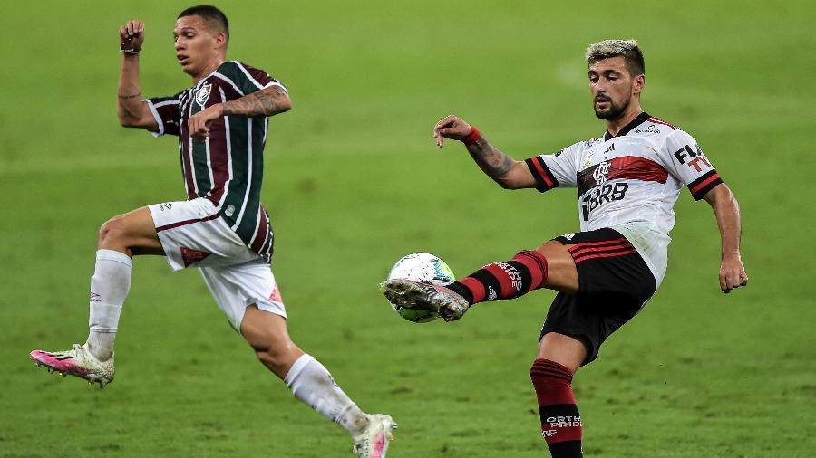 Calegari, jogador do Fluminense, disputa lance com Arrascaeta. Transmissões de jogos em debate em Brasília - Thiago Ribeiro/AGIF