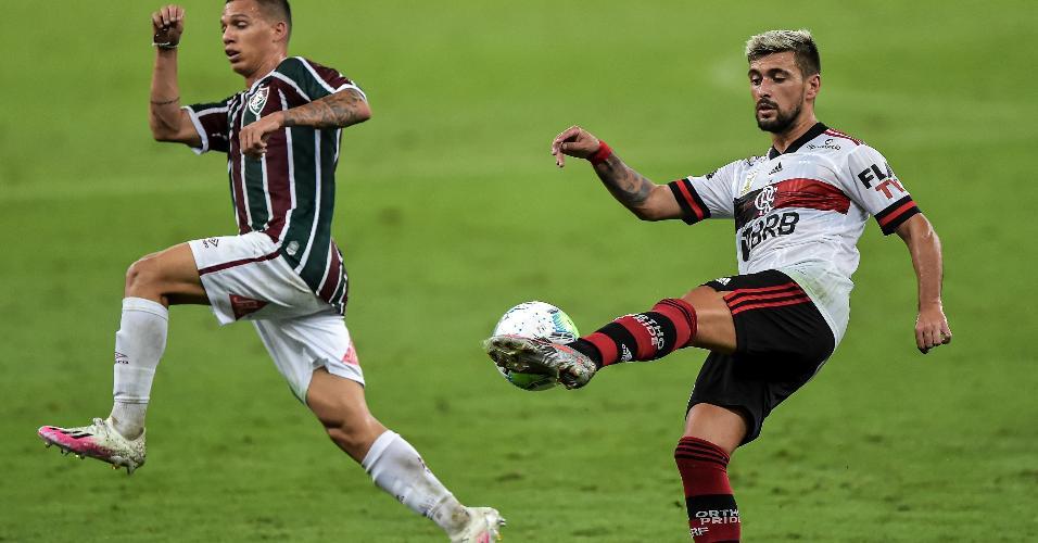 Calegari, jogador do Fluminense, disputa lance com Arrascaeta, jogador do Flamengo, durante partida válida pelo Campeonato Brasileiro