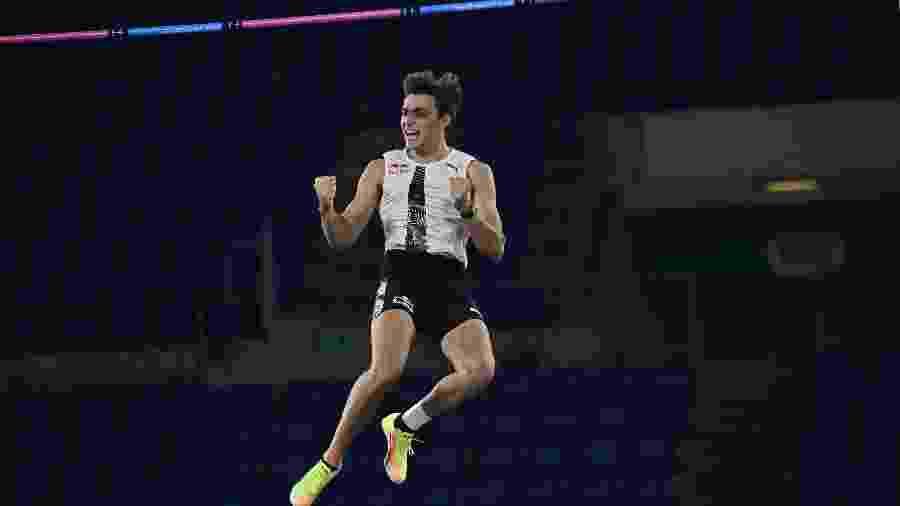 Mondo Duplantis bate recorde mundial do salto com vara - ANDREAS SOLARO/AFP