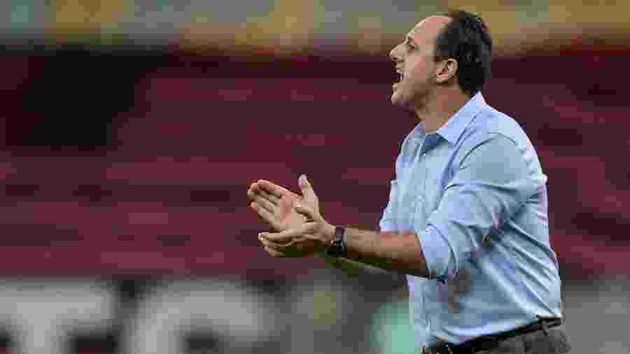 Técnico Rogério Ceni incentiva jogadores do Flamengo durante jogo contra o Atlético-GO - Thiago Ribeiro/AGIF